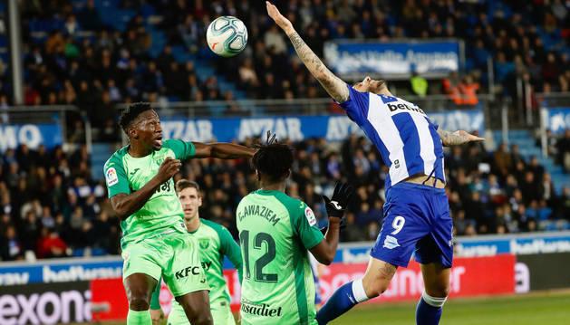El defensa nigeriano del Alavés Kenneth Omeruo (i) intenta un remate ante el delantero del Alavés Joselu durante el partido de LaLiga que se disputa este viernes en el estadio de Mendizorroza, en Vitoria.