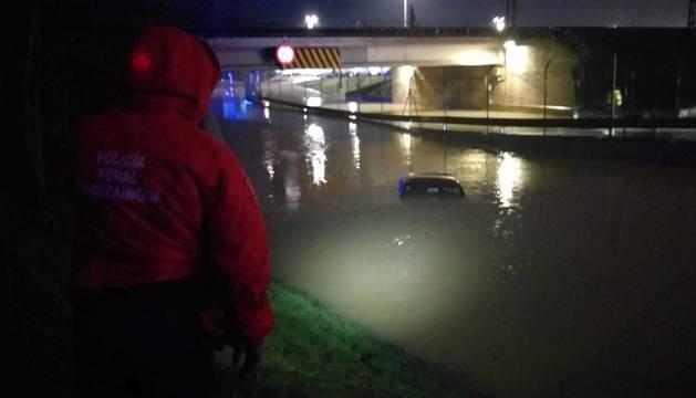 Foto del vehículo, atrapado en el paso subterráneo de Landaben.