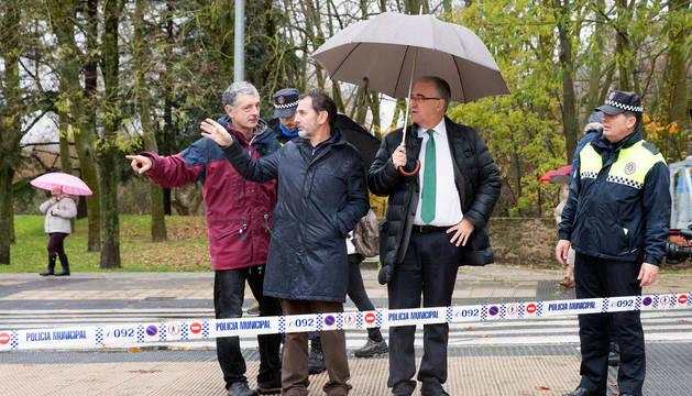 El alcalde de Pamplona, Enrique Maya, visita una de las zonas afectadas por la riada del Arga en Pamplona.