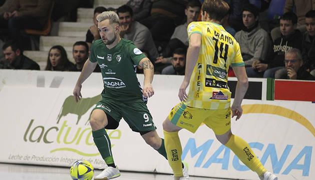 Dani Saldise, jugador del CA Osasuna Magna, ante Alan Brndi, del Jaén Paraíso Interior.