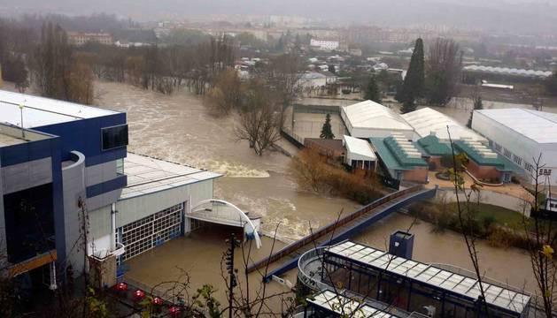 Imagen de la vista del Club Natación Pamplona anegado por el Arga. En primer término, piscinas y polideportivo.