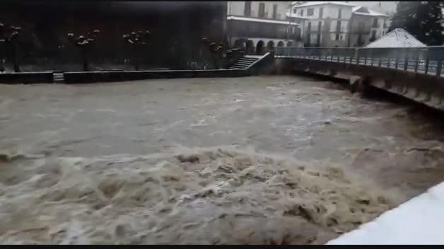 El río Esca se desborda en Roncal