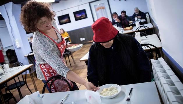 Sonriente y con la mejor de sus voluntades, Paulina Naranjo sirve un plato a un usuario del comedor del París 365.