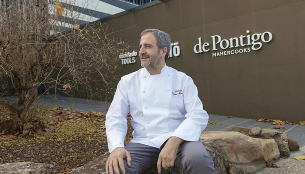 Enrique Maher posa con la chaquetilla junto a la planta de catering de Maher en Cintruénigo.