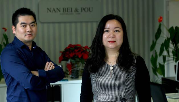 Foto de Xingbin y Maite Aiwei, presidente y vicepresidenta de la Asociación de Chinos de Navarra.