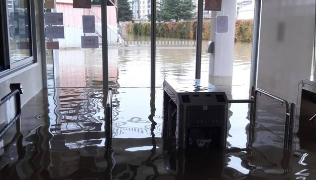 El agua anegó toda la entrada al recinto deportivo, en una imagen tomada el pasado viernes.