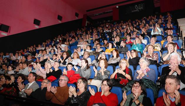 El público, que llenó el aforo del Centro Artes Avenida, aplaude una de las actuaciones de la gala del 50 aniversario de la coral cirbonera.