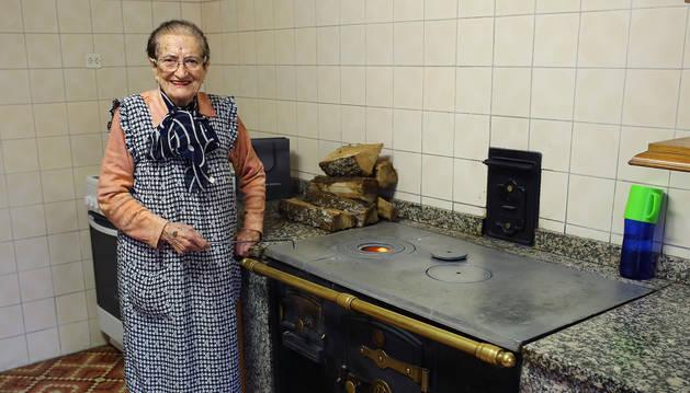 Maruja Vigorra, el lunes, a cuatro días de cumplir 90 años en su cocina de casa Zamargin, en Senosiáin.