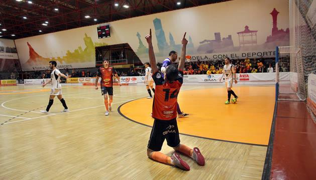 El jugador del Aspil Lucas celebra uno de los tres goles que marcó el sábado pasado en la 'Caldera' ante el Burela.