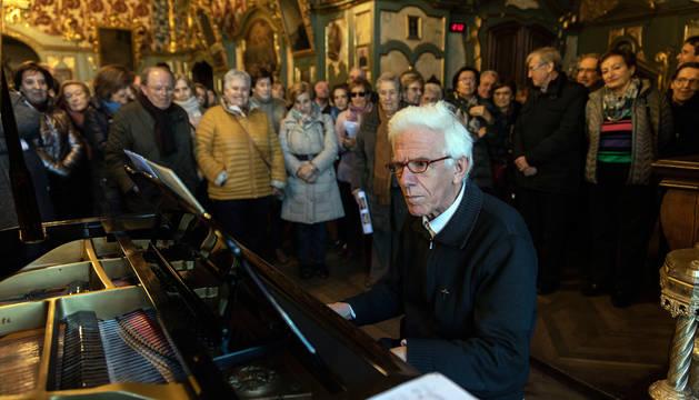 Foto del organista de la Catedral, Julian Ayesa, que interpretó varios villancicos en la sacristía.