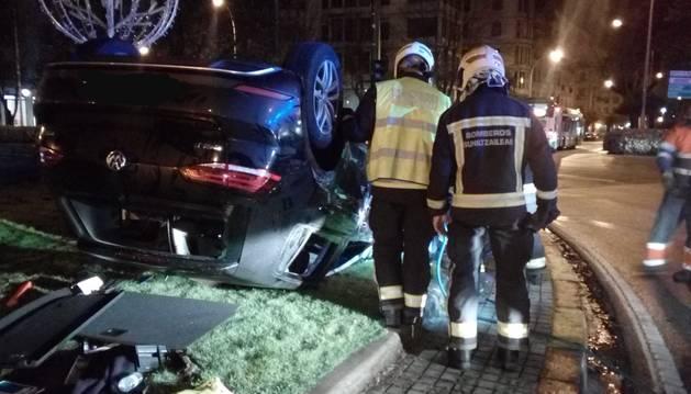 foto de Así quedó el coche volcado en la fuente de la Plaza Príncipe de Viana de Pamplona