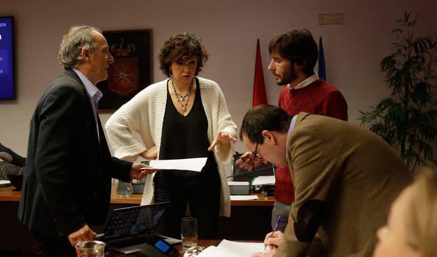 foto de Adolfo Araiz (EH Bildu), Ainhoa Unzu (PSN), Mikel Buil (Podemos) y Mikel Asiáin (Geroa Bai), inmersos ayer en las últimas negociaciones antes de iniciar el debate fiscal en la comisión de Hacienda.