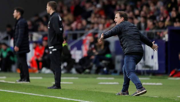Jagoba Arrasate, entrenador de Osasuna, protesta al árbitro en el Wanda.