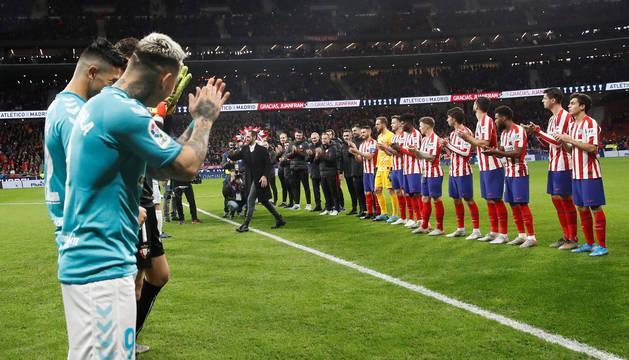 Juanfran saludó a todos los jugadores de ambos equipos, que le hicieron un pasillo de honor.