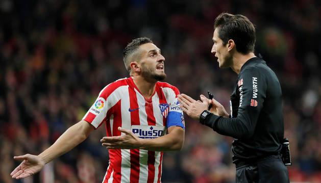 Munuera Montero conversa con Koke, capitán del Atlético.