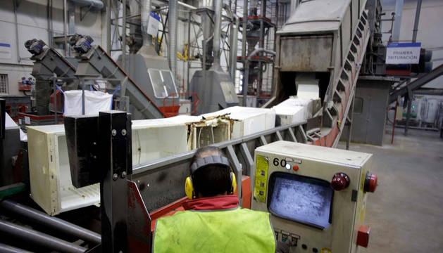 Foto de un operario mientras trabaja en el proceso reciclado de aparatos de frío en las instalaciones de Ecointegra.