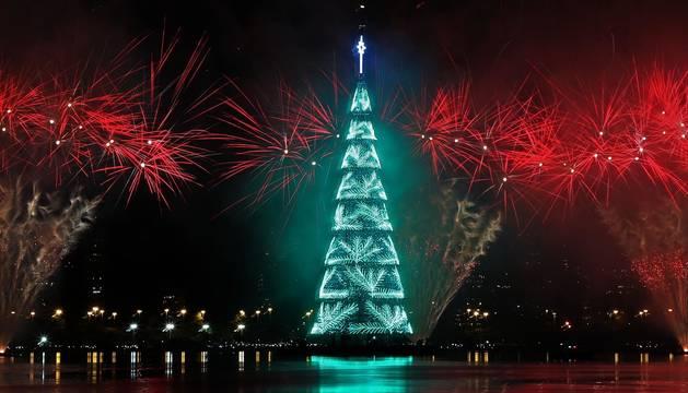 La imponente estructura metálica de 70 metros de altura se iluminó en un juego de luces multicolor sobre la laguna Rodrigo de Freitas, uno de los lugares más icónicos