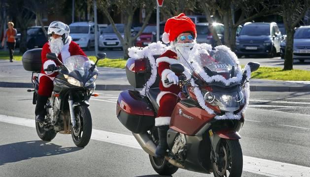 Decenas de Papá y Mamá Noel han acudido este domingo en una caravana de motos hasta el Complejo Hospitalario de Navarra para repartir juguetes entre los niños ingresados.