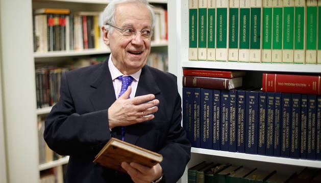 Jaime Ignacio del Burgo, junto a algunos de los volúmenes jurídicos de su despacho en Pamplona.