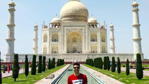 Rafael Rodríguez Urdániz posa en el Taj Mahal, el monumento más famoso del país.