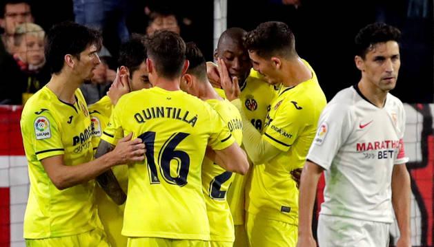 Imagen de los jugadores del Villarreal celebran el gol de Toko Ekambi ante el Sevilla, durante el partido en el Ramón Sánchez-Pizjúan.