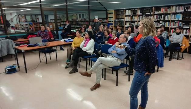 Foto de los asistentes a una charla sobre la importancia de reciclar y reducir los residuos.