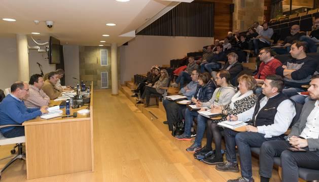 Asistentes a la asamblea de la Mancomunidad de la Ribera celebrada ayer en la sede que la entidad tiene en Tudela.
