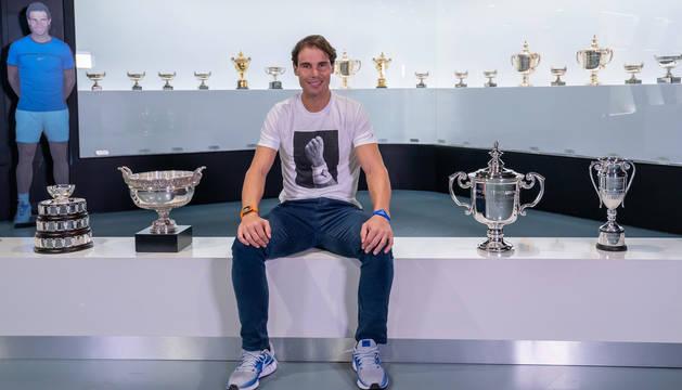 foto de Rafa Nadal posa con sus trofeos de 2019 en su museo