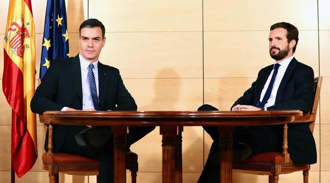 Fotografía facilitada por el PSOE de la reunión entre el presidente del Gobierno en funciones, Pedro Sánchez (i), y el líder del PP, Pablo Casado, este lunes en Madrid.