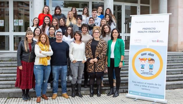 Foto de grupo de profesorado y alumando que llevarán a cabo el proyecto. En primera fila, de derecha a izquierda, las profesoras de Enfermería Leticia San Martín, Paula Escalada, Marta Ferraz y Nelia Soto.