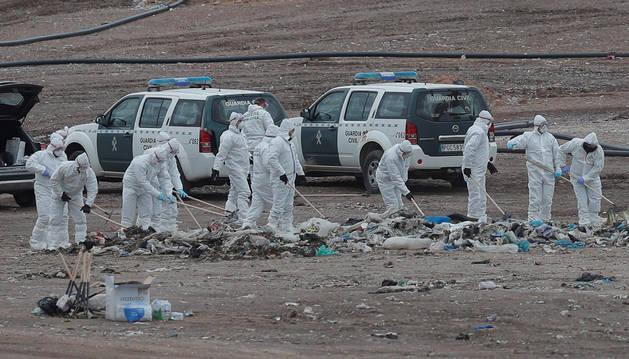 foto de Personal de la Entidad Metropolitana de Tratamiento de Residuos buscan el cuerpo de Marta Calvo en el vertedero de Dos Aguas