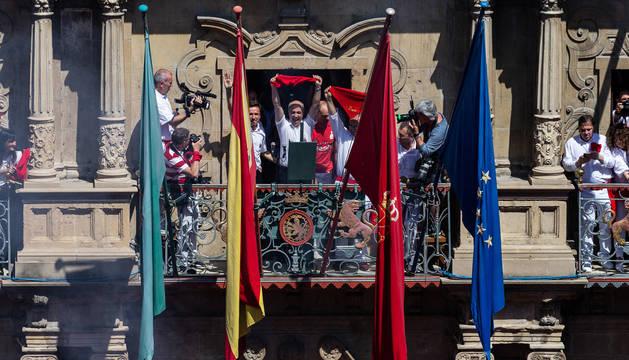 Foto del Chupinazo de Pamplona el 6 de julio, con las banderas oficiales en el balcón.