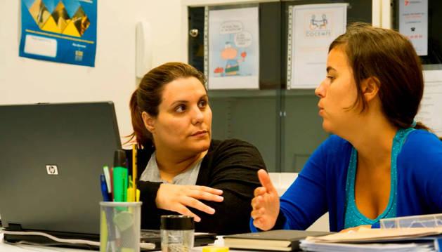 Foto de Ikerne Arizkuren, a la derecha, durante una de las sesiones del proyecto Avanza que ella coordina.
