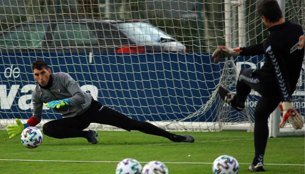 Sergio Herrera se estira para detener un balón, tras el disparo del entrenador de porteros Richard Sanzol.