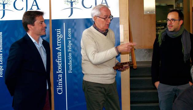 Foto de Vicente Madoz, en el centro, recibiendo una placa de manos de Ángel Gardachal y Joseba Arregui.
