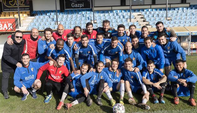 Foto de los jugadores del Tudelano posaron con el cuerpo técnico y el presidente del club, Jesús Miranda (1º izda.), en un entrenamiento previo al partido de esta tarde.
