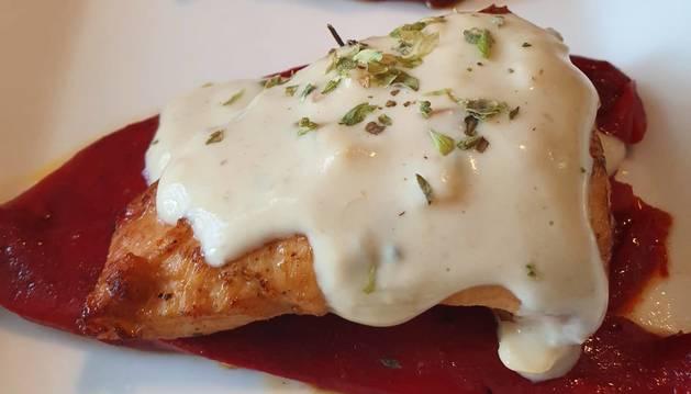 Estos muslos de pollo con salsa roquefort es una de las tres recetas con queso azul de hoy.