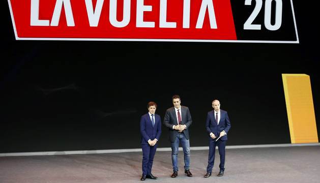Miguel Induráin, entre Pedro Delgado y Carlos de Andrés, en la presentación de la Vuelta en Madrid.