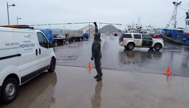 Agentes de la Guardia Civil controlan el acceso al puerto de Santoña.