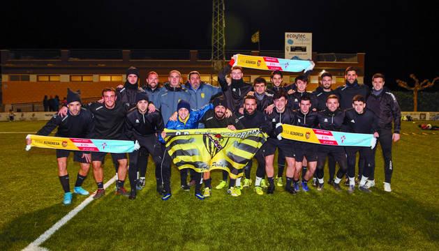 La plantilla y el cuerpo técnico de la Peña Azagresa en el entrenamiento del martes en Azagra con las banderas especiales para el partido de Copa de contra el Celta.