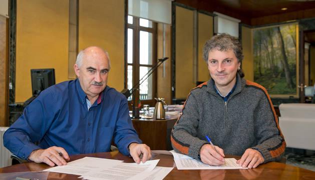 El consejero Aierdi y el alcalde del Baztan, Joseba Otondo, durante la firma del plan.