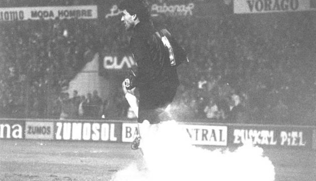 Paco Buyo en 1989 en El Sadar y el petardo que cayó al área, hecho por el que se fue del campo y se decidió la suspensión.