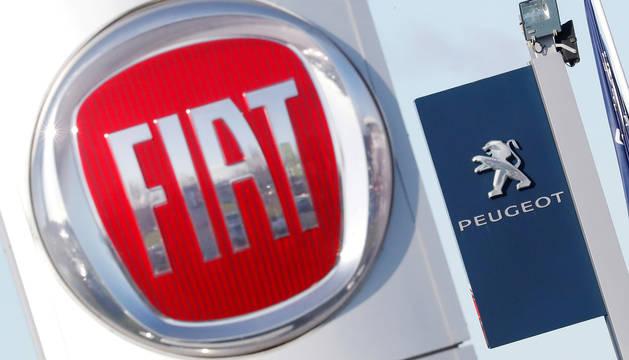 Logotipos de Fiat y Peugeot en Saint-Nazaire, Francia.