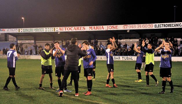 Los jugadores de la Peña Sport, en el centro del campo, agradecen el apoyo de la afición en el campo San Francisco de Tafalla.