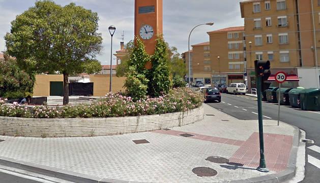 Reloj anaranjado ubicado en la calle San Cristóbal de la Txantrea.
