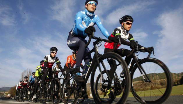 Jaime Castrillo e Iván Moreno encabezan el grupo en el entrenamiento de ayer por la carretera de Aoiz.