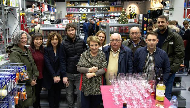 Foto de la familia y empleados de Suministros Urvaca durante las inauguración de las instalaciones.