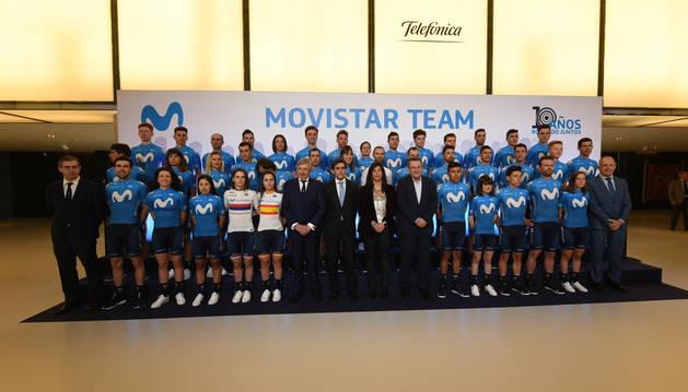 Foto de los componentes de los equipos Movistar masculino y femenino, junto con los responsables de Telefónica y la Secretaria de Estado para del Deporte, este jueves en Madrid.