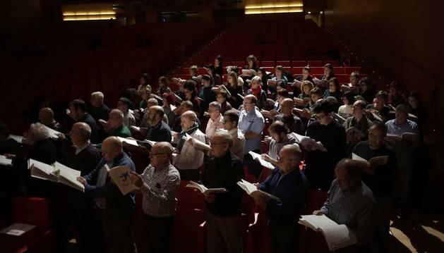 Foto de los cantantes aficionados que asistieron ayer al ensayo general de 'El Mesías' participativo, a las 20 horas, en la sala principal de Baluarte.