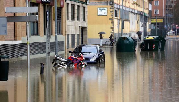Foto tomada en el barrio de la Rochapea, el pasado viernes, durante las inundaciones.